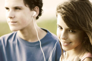 ccommons-SCA-Svenska-Cellulosa-Aktiebolaget-800px-Teens_sharing_a_song